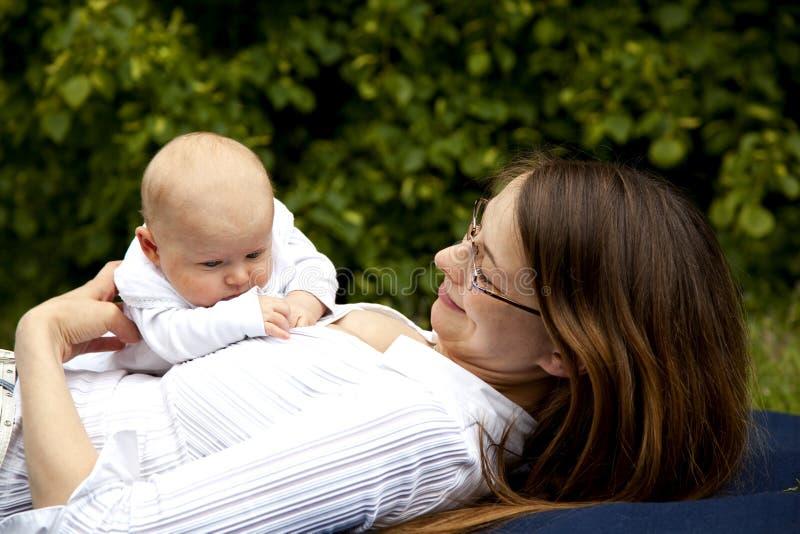córka bawić się uśmiechniętych potomstwa jej matka obrazy royalty free