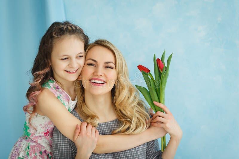 Córka dać jej matce bukietowi tulipany fotografia royalty free