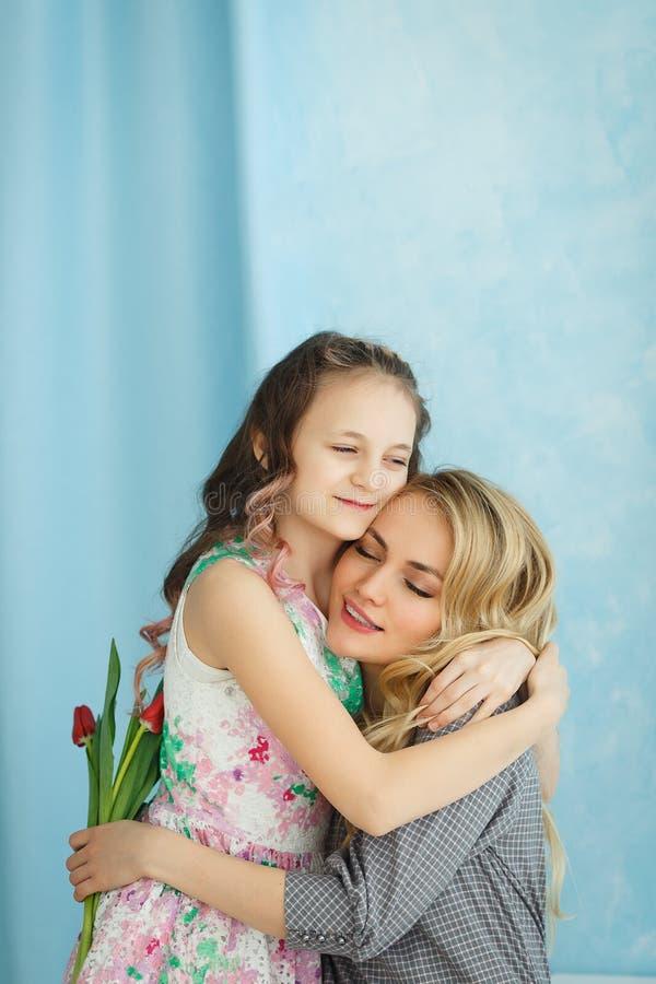 Córka dać jej matce bukietowi tulipany obrazy royalty free