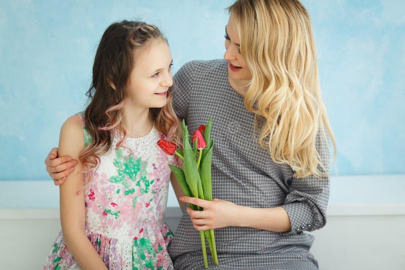 Córka dać jej matce bukietowi tulipany Wiosny niespodzianka zdjęcia stock