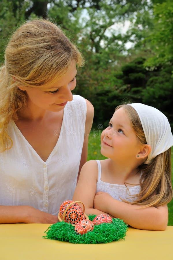 córka Easter ma czas macierzystych potomstwa zdjęcia stock