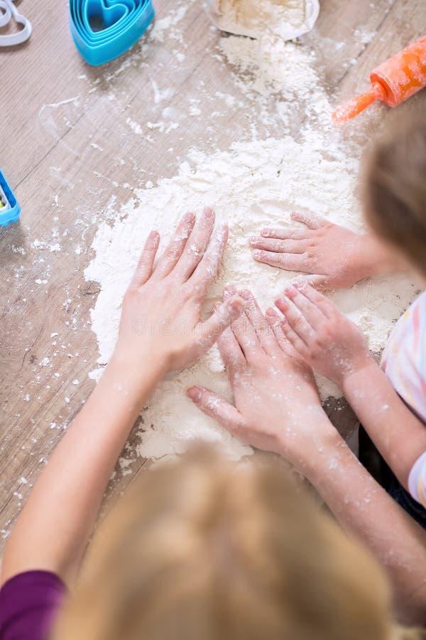 Córka i matka bawić się z białą mąką fotografia royalty free