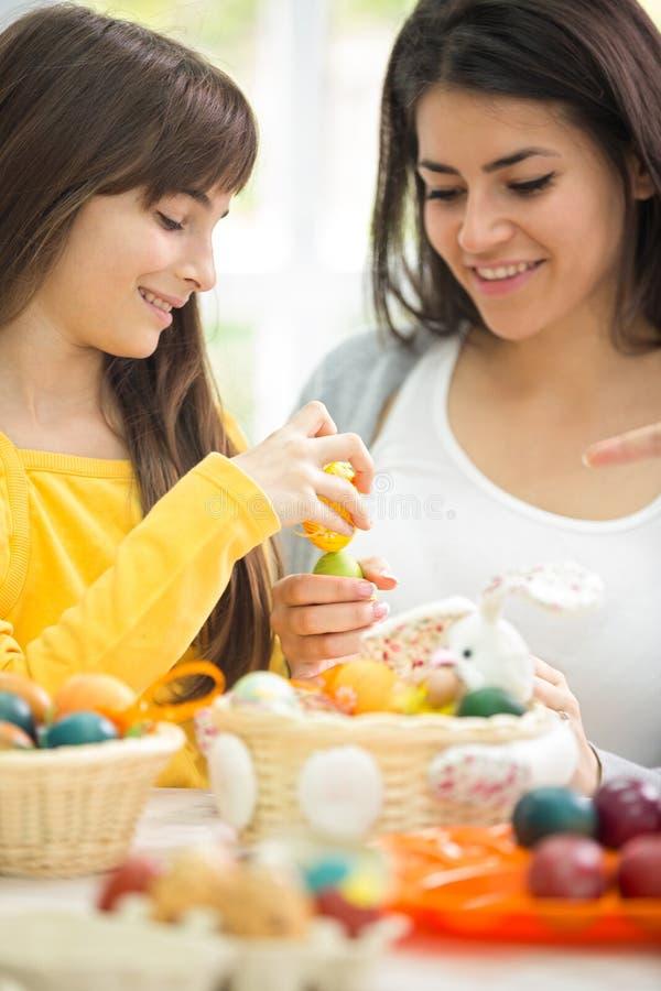Córka i matka figlarnie z Wielkanocnymi jajkami obrazy stock