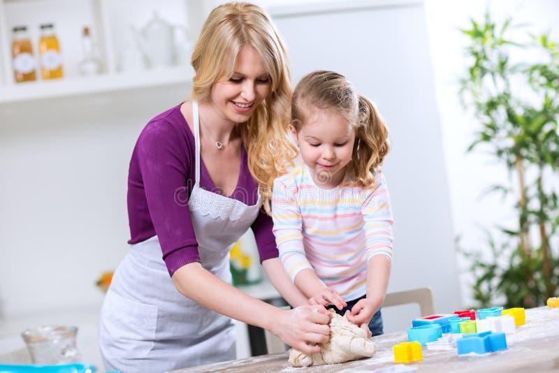 Córka i matka robimy croissants obraz royalty free