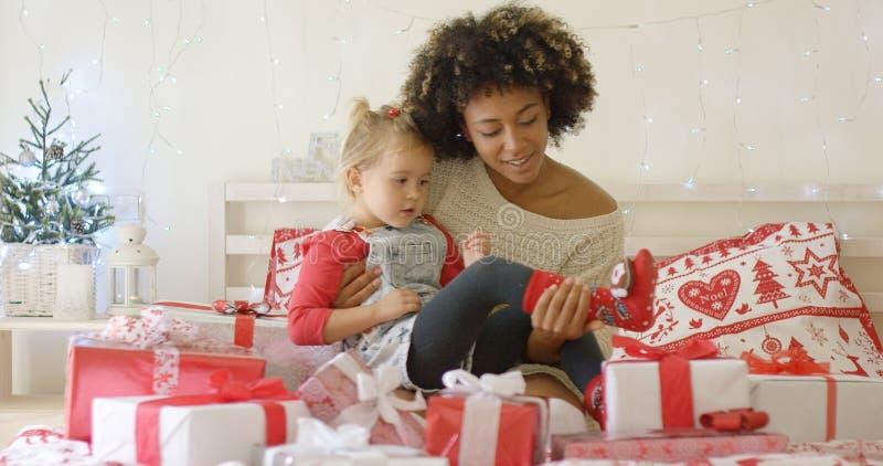 Córka i matka w łóżku z Bożenarodzeniowymi prezentami zdjęcia royalty free