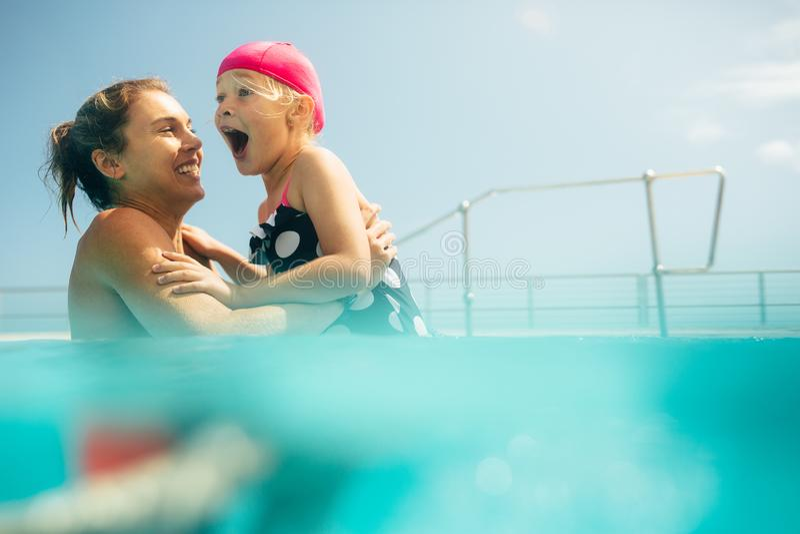 córka ma się konceptualna radości basen matki zastrzelił lato obrazy stock