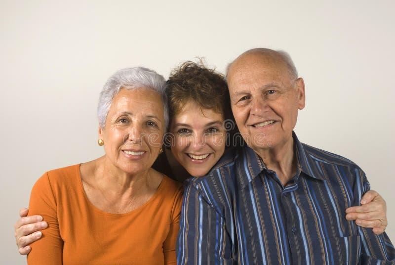 córka obejmuje jej rodzice starszych fotografia stock