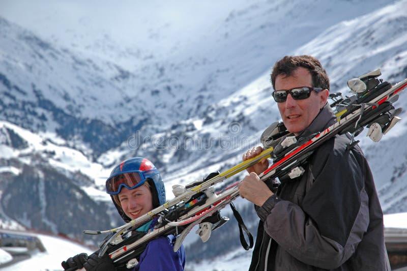 córka ojca na narty zdjęcie royalty free