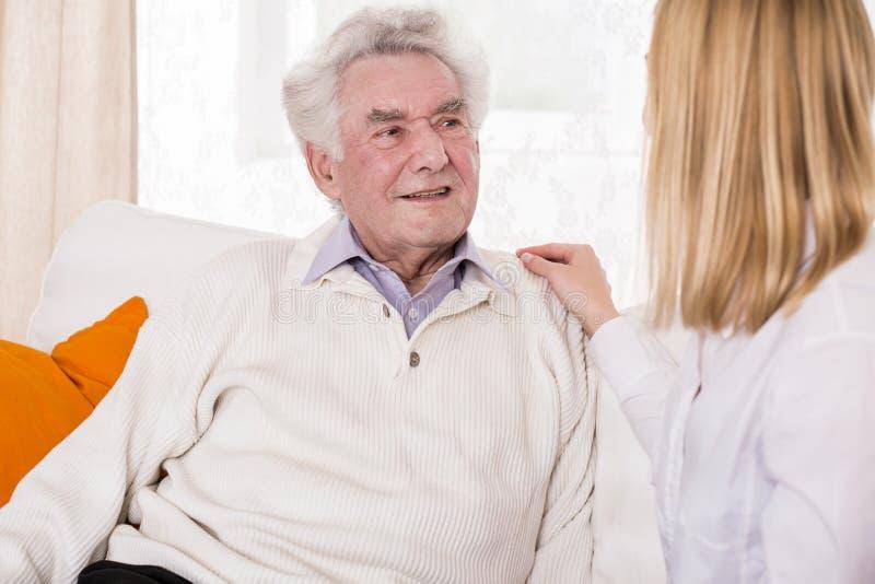Córka opowiada z starszym ojcem zdjęcie royalty free