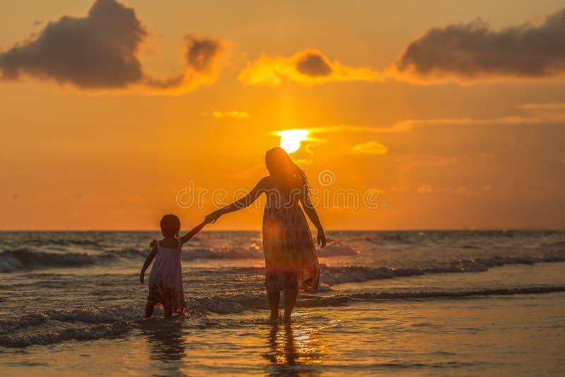 córka plażowa jej matka zdjęcia stock
