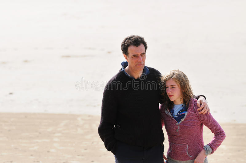 córka plażowy ojciec zdjęcie stock