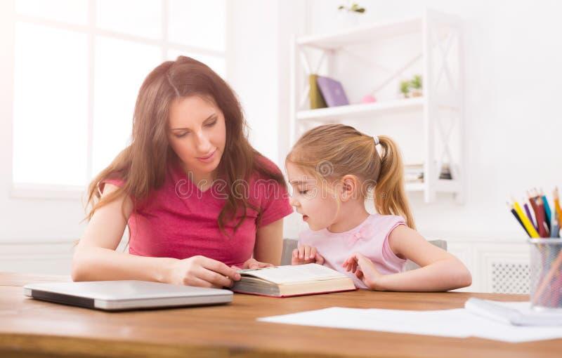 córka pomaga pracy domowej jej matki zdjęcie stock