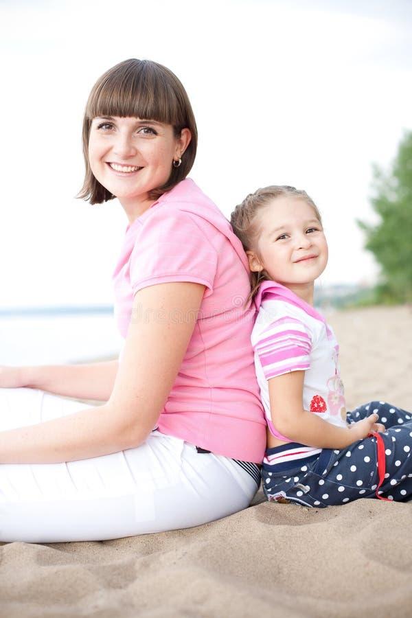 córka szczęśliwa jej macierzysty plenerowy portret zdjęcie stock