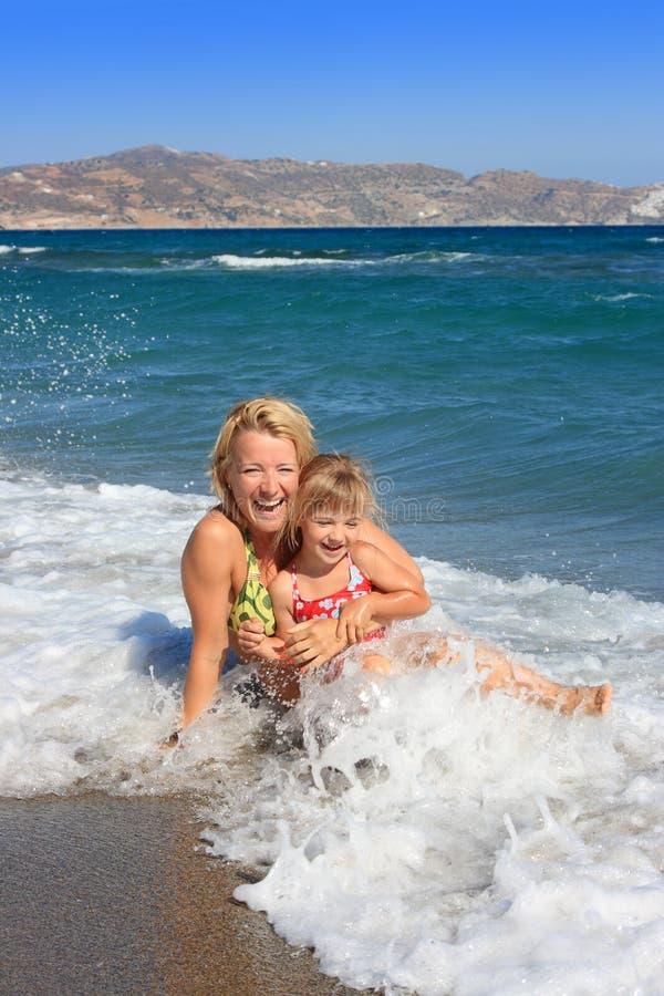 córka szczęśliwa spoczynkowego mum morze obrazy royalty free