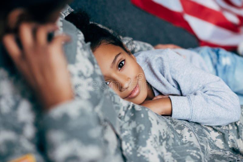 Córka z matką w wojskowym uniformu zdjęcie royalty free