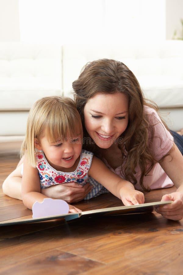 córki domowa uczenie matka czytająca zdjęcia royalty free
