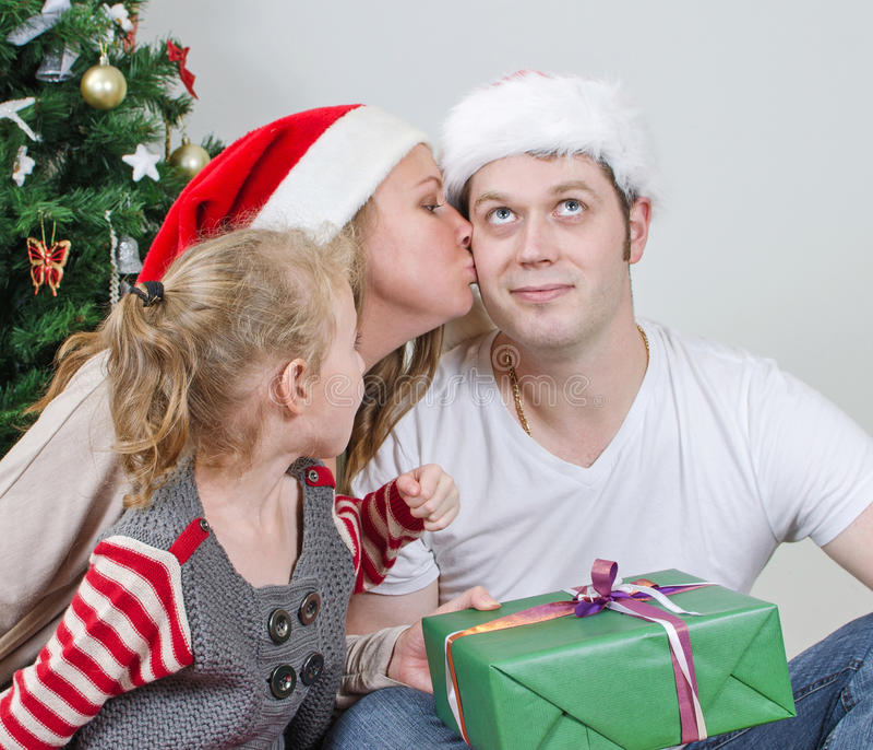 Córki i mamy całowania ojciec. zdjęcia royalty free
