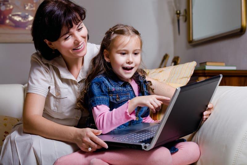 Córki i mamy surfingu internety zdjęcia royalty free
