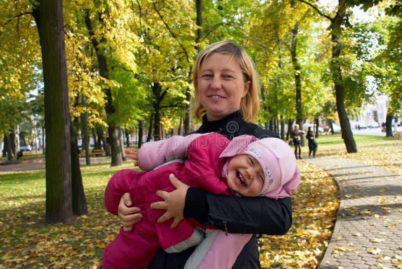 córki ja target1312_0_ szczęśliwy macierzysty obrazy stock