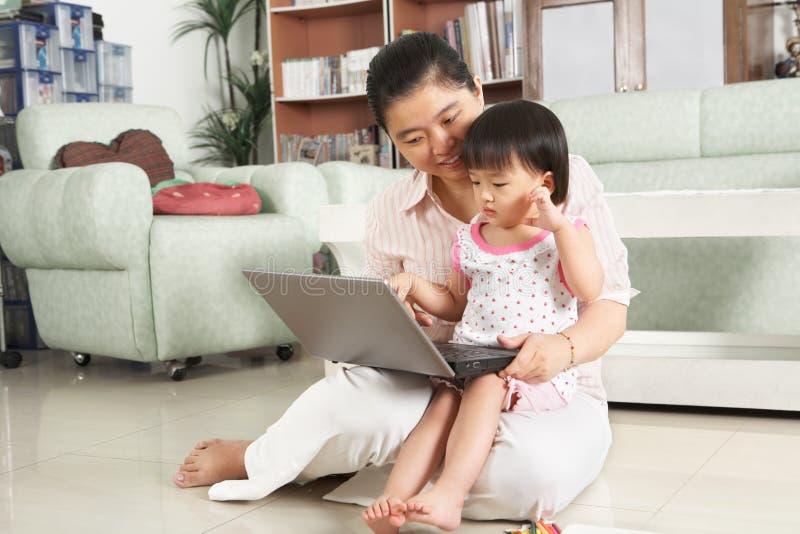 córki laptopu macierzysty bawić się wpólnie zdjęcia royalty free