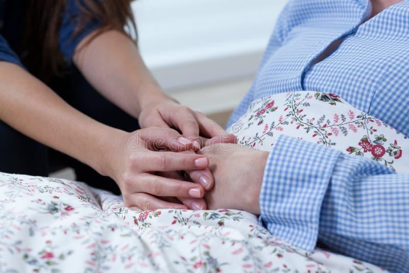 Córki macania ręki jej mum zdjęcie royalty free