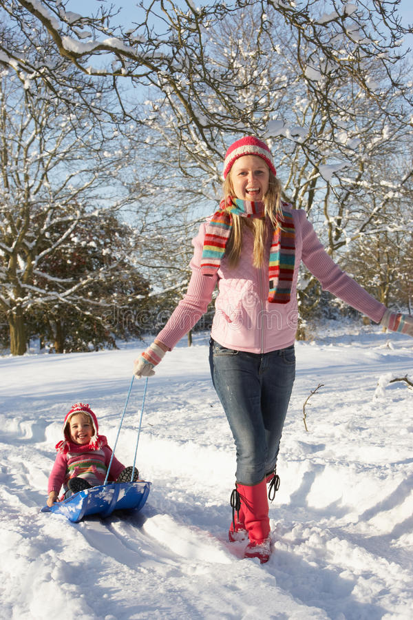córki macierzysty ciągnięcia saneczki śnieg obraz royalty free