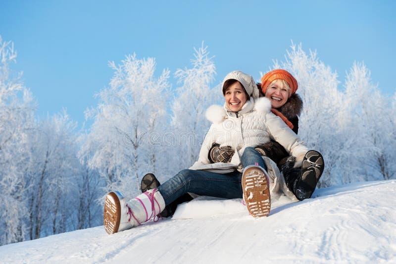 córki matki ślizgowy śnieg zdjęcie stock