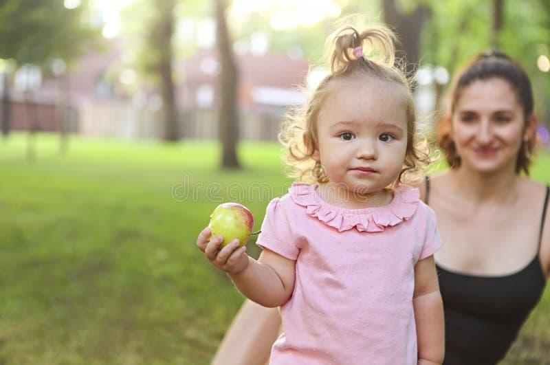 córki matki parkowy bawić się zdjęcie stock