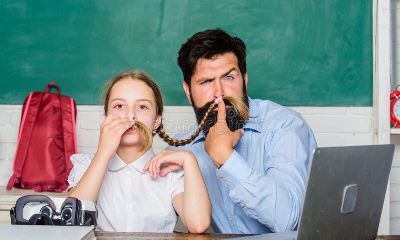 Córki nauka z ojcem formalna edukacja wiek cyfrowy z nowożytną technologią Nauka Online mały dziecko z brodatym zdjęcia stock