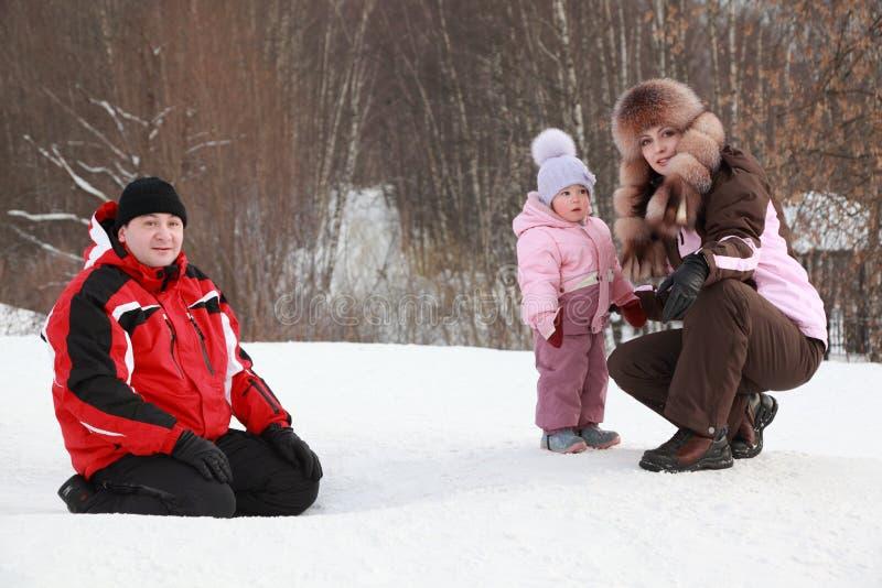 córki ojca matki obsiadania śnieg obrazy stock
