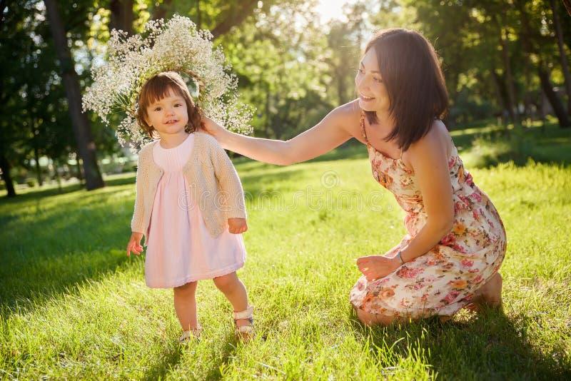 Download Córki Ostrości Matki Parka Seniora Kobieta Obraz Stock - Obraz złożonej z córka, mama: 57666317
