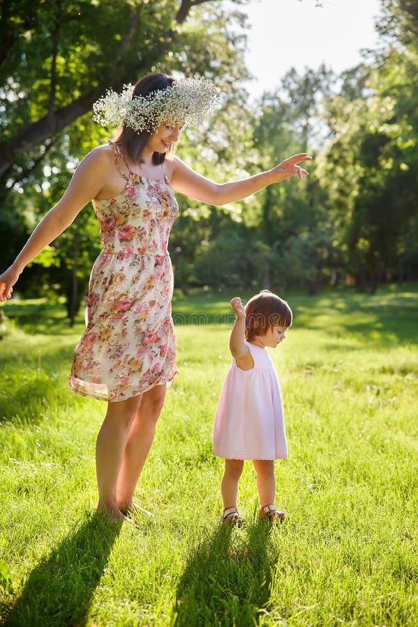 Download Córki Ostrości Matki Parka Seniora Kobieta Obraz Stock - Obraz złożonej z dzieciństwo, femaleness: 57666347