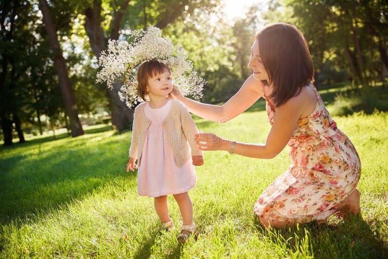 Download Córki Ostrości Matki Parka Seniora Kobieta Zdjęcie Stock - Obraz złożonej z dziecko, trawy: 57666350