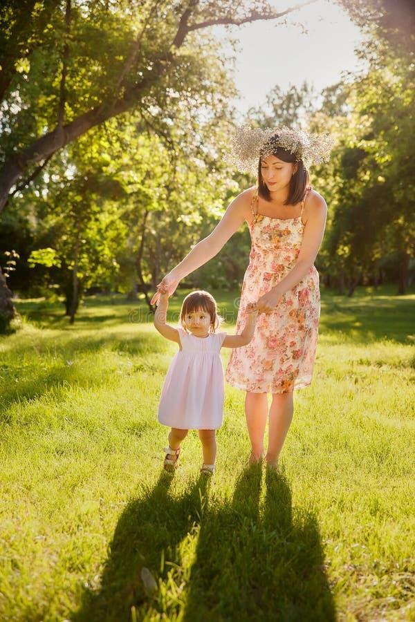 Download Córki Ostrości Matki Parka Seniora Kobieta Zdjęcie Stock - Obraz złożonej z human, rodzina: 57666376