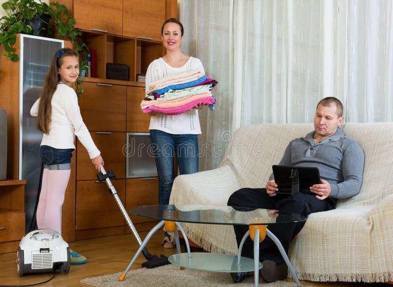 Córki pomaga matka czyścić fotografia stock