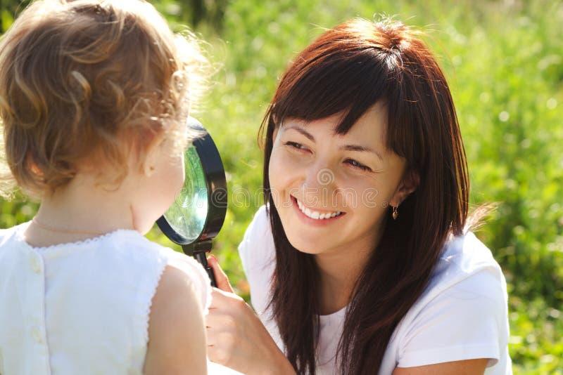 córki przyglądająca loupe matka zdjęcie stock