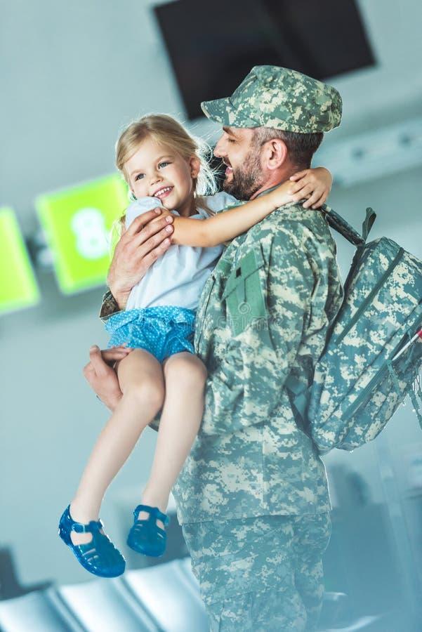 Córki spotkania ojciec przy lotniskiem zdjęcia stock
