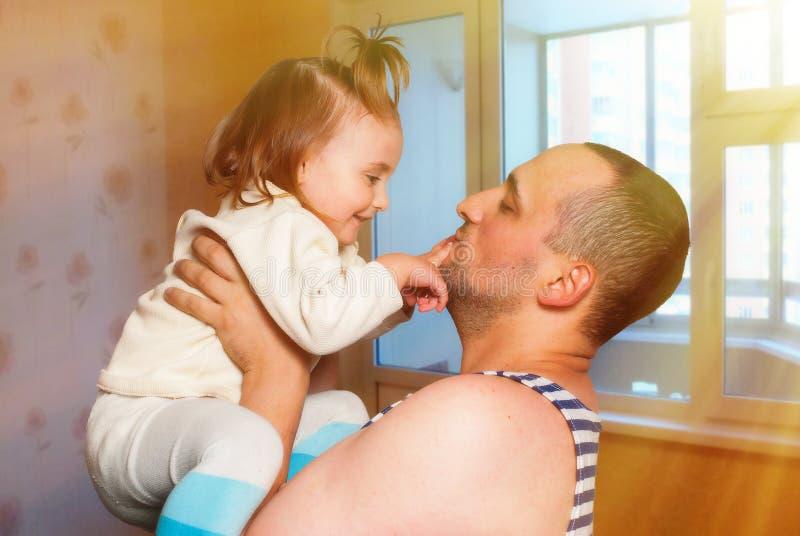 Córki spotkanie z ojcem który przychodził z powrotem od wojny zdjęcia stock