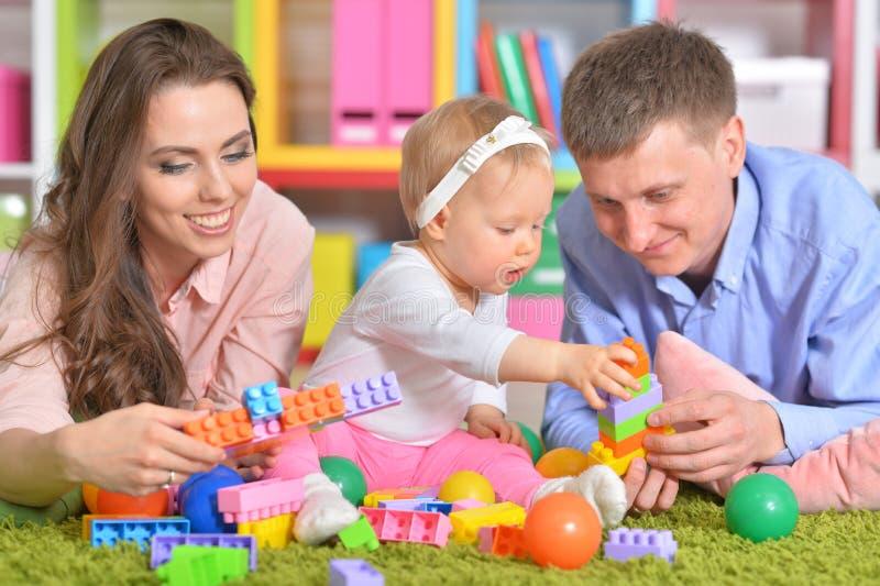 córki szczęśliwy mały rodziców bawić się zdjęcie royalty free