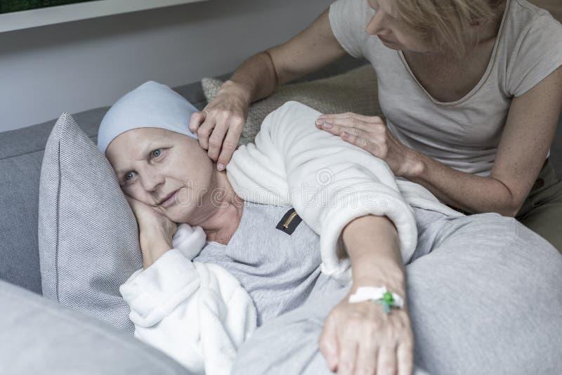 Córki zachęcania matka z chustka na głowę po chemoterapii zdjęcie royalty free