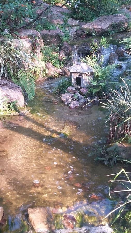 Córrego com estrutura de pedra japonesa imagem de stock