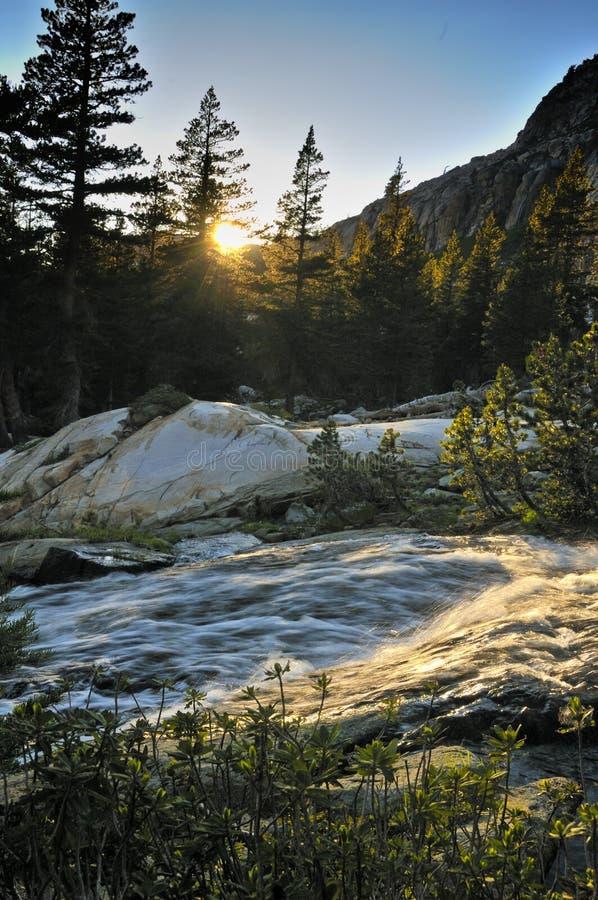 Córrego da montanha no por do sol imagens de stock royalty free