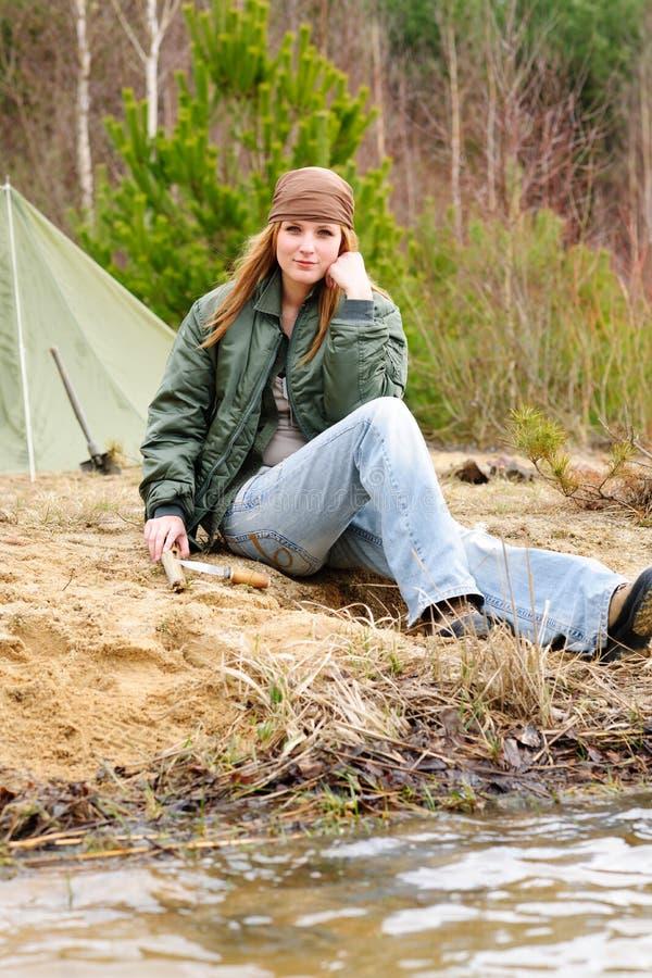 Córrego de assento de acampamento da natureza da barraca da mulher foto de stock royalty free