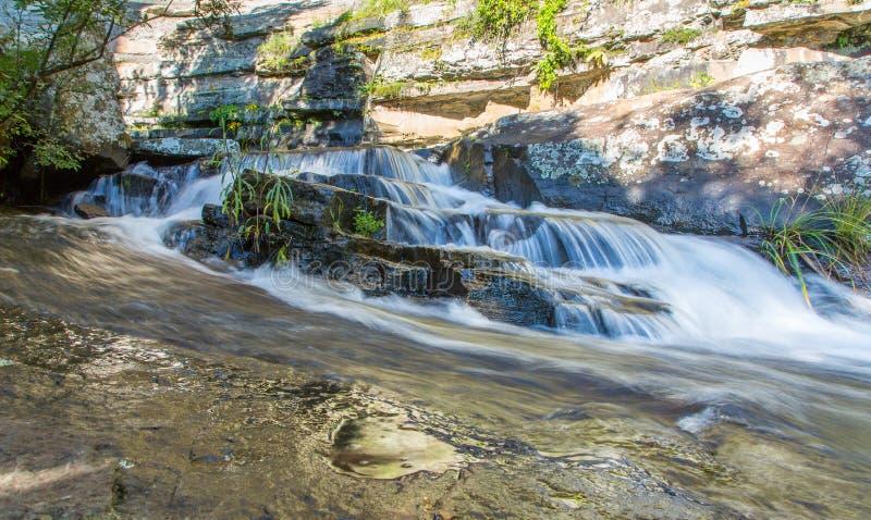 Córrego de fluxo sobre rochas - Drakensberg, África do Sul fotografia de stock royalty free
