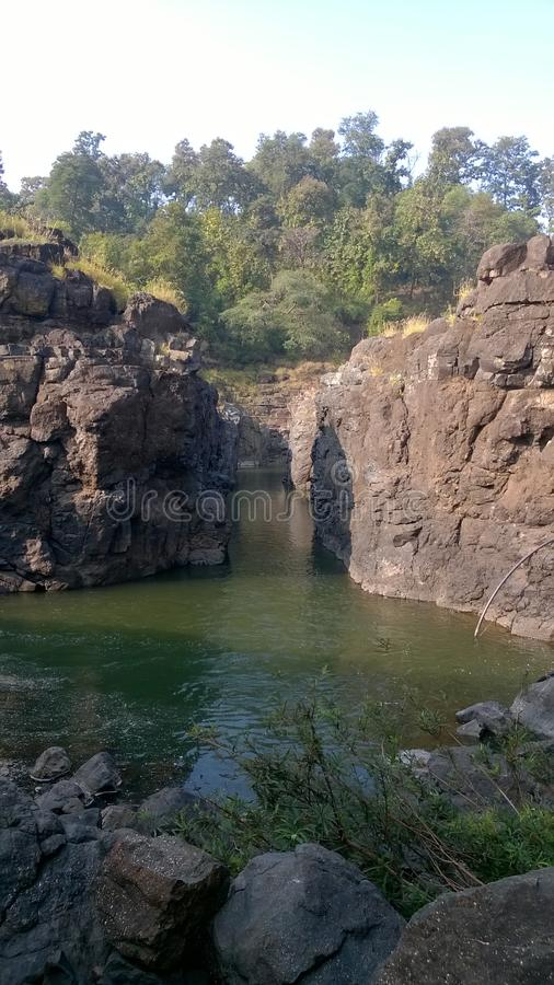 Córrego do rio entre montes fotos de stock royalty free