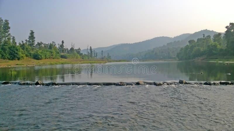 Córrego do rio entre montes em uma região da montanha imagens de stock royalty free