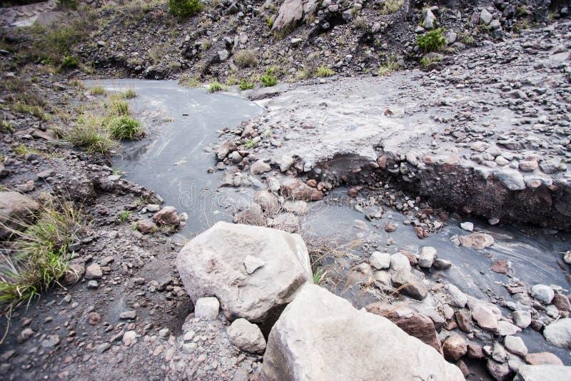 Córrego duro da lava no lado imagens de stock royalty free
