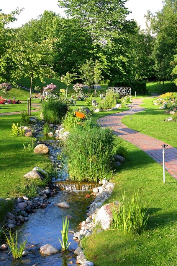 Córrego em um parque bonito imagem de stock