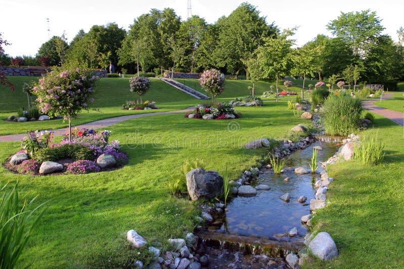 Córrego em um parque bonito imagens de stock royalty free