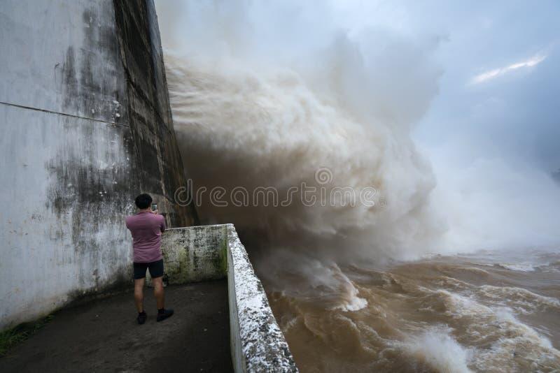 Córrego forte da água na represa Hoa Binh hidroelétrico, Vietname imagens de stock royalty free